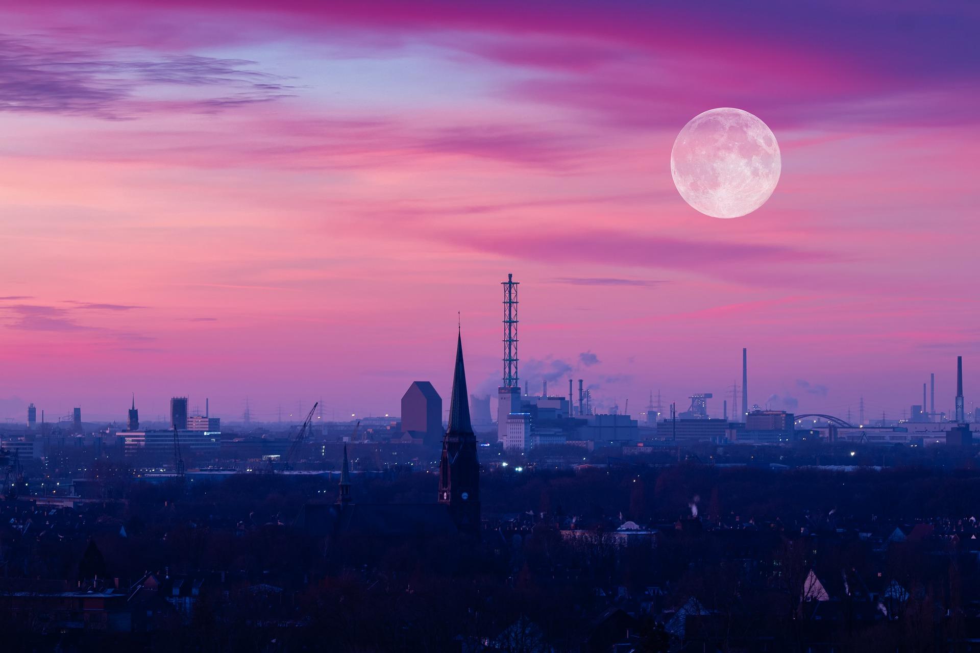 ストロベリームーンは願いごとを叶えてくれる月!復縁や恋愛成就と運気アップで幸せになる